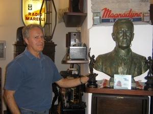 Angelo Sessa di fianco al busto di Guglielmo Marconi